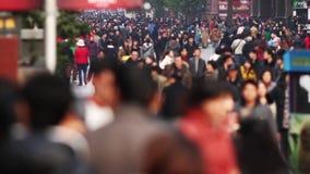 Cámara lenta del tráfico ocupado de las muchedumbres almacen de metraje de vídeo