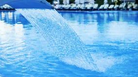 Cámara lenta del tratamiento de la fuente de agua en la piscina del hotel de lujo almacen de metraje de vídeo