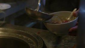 Cámara lenta del vendedor que sirve la carne de vaca famosa con la sopa en el restaurante de Tainan almacen de video
