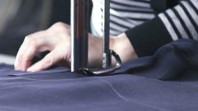 A cámara lenta El azul cortó la tela para la ropa en una fábrica de la materia textil almacen de metraje de vídeo