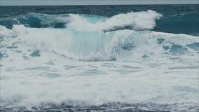 Cámara lenta: El estrellarse azul hermoso de la onda almacen de video
