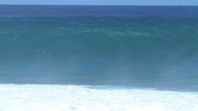 Cámara lenta: El estrellarse de la ola oceánica almacen de metraje de vídeo