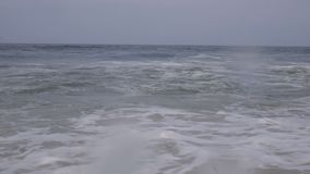 Cámara lenta: el estrellarse gigante azul hermoso de la ola oceánica metrajes