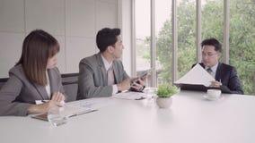Cámara lenta - el hombre de negocios elegante y la secretaria hermosa de la mujer presentan proyecto por la tableta a su jefe par