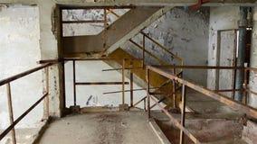 Cámara lenta en el vestíbulo abandonado Imagenes de archivo