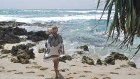 A cámara lenta estupendo de la vista al mar feliz de la muchacha