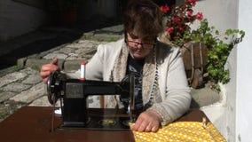 Cámara lenta frecuencia intermedia del aire libre frontal de la máquina de coser del vintage almacen de video