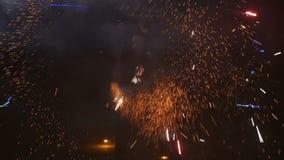Cámara lenta Fuegos artificiales Demostración del fuego con el hombre del baile El sorprender en la noche Parte 46 almacen de video