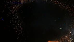 Cámara lenta Fuegos artificiales Demostración del fuego con el hombre del baile El sorprender en la noche Parte 45 metrajes