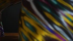 Cámara lenta hermosa del khan-atlas asiático de la materia textil en fondo negro almacen de video