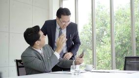 Cámara lenta - hombre de negocios usando el smartphone para comprobar datos del mercado de acción Varón que comprueba las cartas  almacen de video