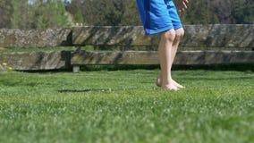 cámara lenta 4k del muchacho joven que golpea un fútbol con el pie almacen de metraje de vídeo