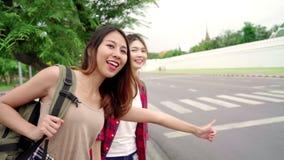 Cámara lenta - los pares lesbianos del lgbt de las mujeres asiáticas del backpacker del viajero viajan en Bangkok, Tailandia almacen de video