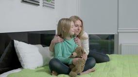 A cámara lenta - mamá rubia hermosa y su hija linda que abrazan con amor metrajes