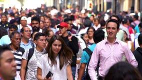 CÁMARA LENTA: Muchedumbre que camina a través de la calle En México el crecimiento de la población es un problema público debido  almacen de video