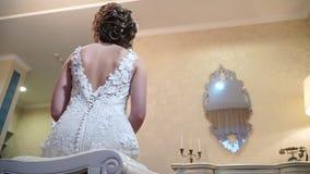 Cámara lenta, opinión inferior sobre la parte posterior del ` s de la novia, slidecam almacen de metraje de vídeo