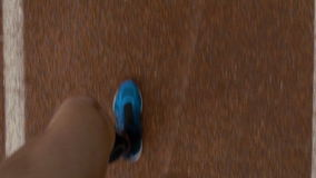 Cámara lenta pov del primer de los pies de un deportista que corren en pista del curso metrajes