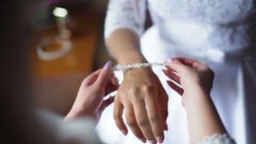 Cámara lenta Primer de la pulsera blanca del diamante de la novia que lleva almacen de metraje de vídeo