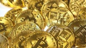 Cámara lenta que baja en las monedas Belongs modelo al sistema de Bitcoin almacen de video