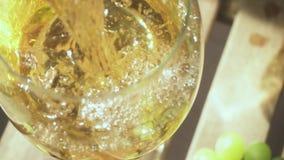 Cámara lenta que la cámara se mueve desde un racimo de uvas a una bebida en un vidrio almacen de video