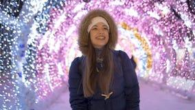 Cámara lenta Retrato de una chica joven que es feliz almacen de metraje de vídeo