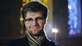 CÁMARA LENTA: Retrato del hombre inteligente con una bengala a disposición metrajes