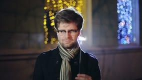 CÁMARA LENTA: Retrato del hombre inteligente con una bengala a disposición almacen de video