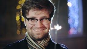 CÁMARA LENTA: Retrato del hombre inteligente con una bengala a disposición almacen de metraje de vídeo