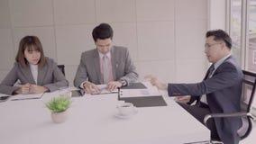 Cámara lenta - reunión del hombre de negocios en lugar de trabajo con su colega y la firma de un contrato