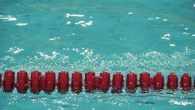 Cámara lenta roja del marcador de carril de natación