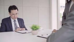 Cámara lenta - secretaria hermosa de la mujer que da el documento al hombre de negocios a firmar un contrato, reclutamiento almacen de video
