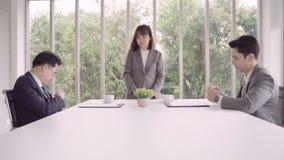 Cámara lenta - secretaria hermosa de la mujer que da el documento al hombre de negocios a firmar un contrato, reclutamiento