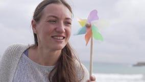 Cámara lenta soportes felices de una mujer joven almacen de metraje de vídeo