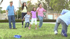 Cámara lenta tirada de la familia multi de la generación que juega a fútbol almacen de metraje de vídeo
