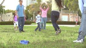 Cámara lenta tirada de la familia multi de la generación que juega a fútbol metrajes