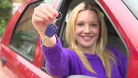 Cámara lenta tirada del adolescente que se sienta en coche con llave almacen de video