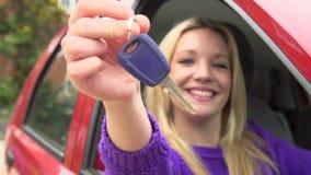Cámara lenta tirada del adolescente que se sienta en coche con llave metrajes