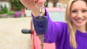 Cámara lenta tirada del coche que hace una pausa del adolescente con llave almacen de metraje de vídeo