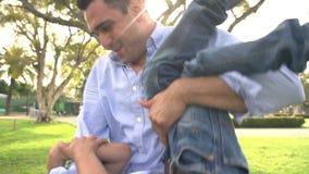 Cámara lenta tirada del padre Playing With Son en parque metrajes