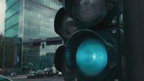 Cámara lenta un semáforo típico en los cruces en el centro de la capital de Alemania, Berlín Una flecha y una a rojas metrajes