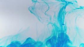 Cámara lenta y descenso de la pintura azul en agua almacen de metraje de vídeo