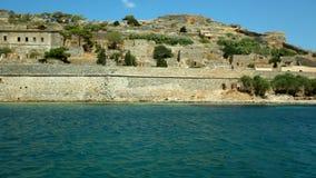 Cámara móvil alrededor de la fortaleza de Spinalonga, Creta almacen de metraje de vídeo