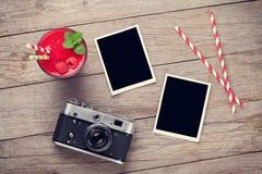 Cámara, marcos de la foto y smoothie de la frambuesa Fotos de archivo libres de regalías