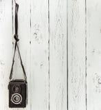 Cámara media de la foto del formato del vintage en la pared de madera del listón Fotografía de archivo