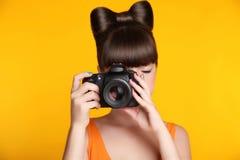 Cámara Muchacha adolescente sonriente hermosa que toma una foto Modelo bonito Imagenes de archivo