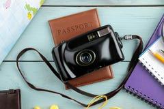 Cámara, pasaporte, mapa y cáscaras del concepto del viaje en una tabla de madera azul Relajación holidays Visión superior fotos de archivo