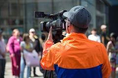 Cámara profesional al aire libre de trabajo de la calle de Videographer Fotos de archivo
