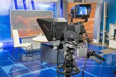 Cámara profesional con el tablero televisivo en el estudio antes de vivo Imagenes de archivo