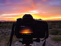 Cámara que captura la puesta del sol fotografía de archivo libre de regalías