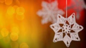 Cámara que se centra en decoraciones de la estrella de la Navidad del ganchillo almacen de video